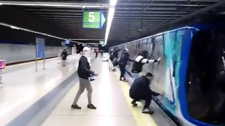 Uno de los últimos ataques de grafiteros a Metro de Madrid.