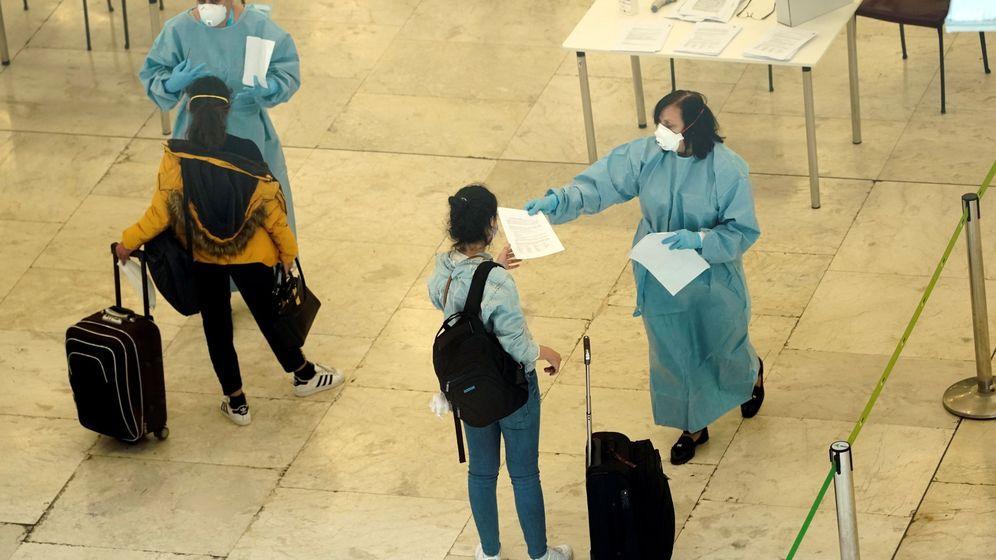 Foto: Pasajeros a su llegada al aeropuerto de Barajas. (Reuters)