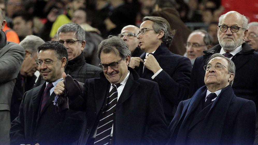 Foto: Josep Maria Bartomeu y Florentino Pérez, en el palco del Camp Nou, con Artur Mas en el centro (EFE)