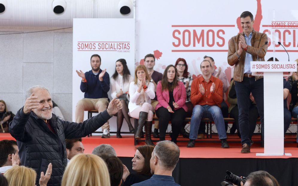 Foto: Pedro Sánchez aplaude al único presidente socialista de Castilla y León, Demetrio Madrid, este 18 de febrero en Valladolid. (EFE)