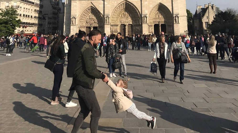 Foto: La imagen en la que se ve a un padre y su hija jugando delante de Notre Dame una hora antes del incendio (Foto: Twitter)