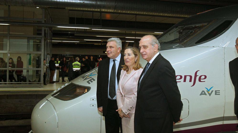 Foto: Inauguración del AVE a París con la ministra de Fomento, Ana Pastor, el ministro delegado de Transportes de Francia, Frédéric Cuvillier (i), y el ministro del Interior, Jorge Fernández Díaz (d). (EFE)