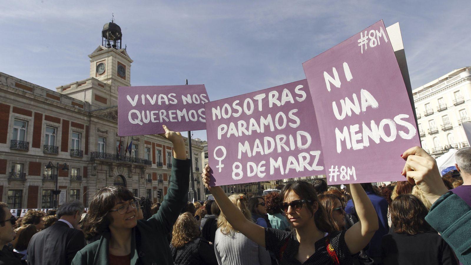 Foto: Carteles durante el Día Internacional de la Mujer en la madrileña Puerta del Sol. (EFE)