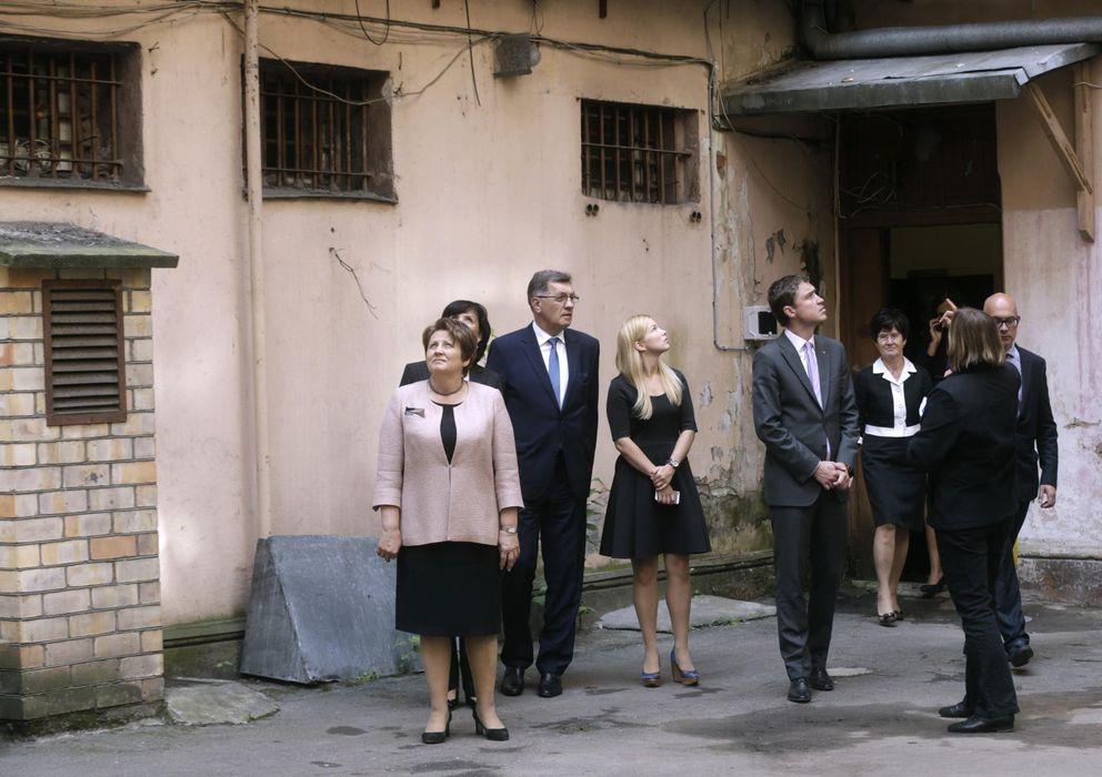 Foto: Los primeros ministros de Lituania, Estonia y Letonia visitan un viejo edificio de la KGB en Riga (Reuters)