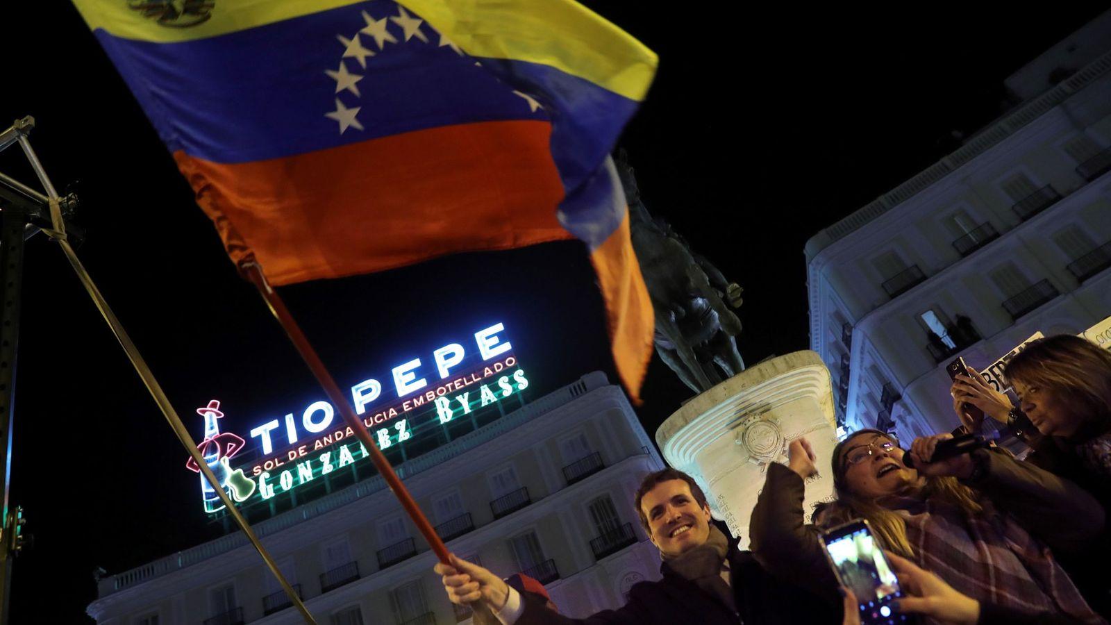 Foto: Pablo Casado, junto a Díaz Ayuso, en la manifestación en apoyo a los venezolanos en la puerta del Sol (EFE)
