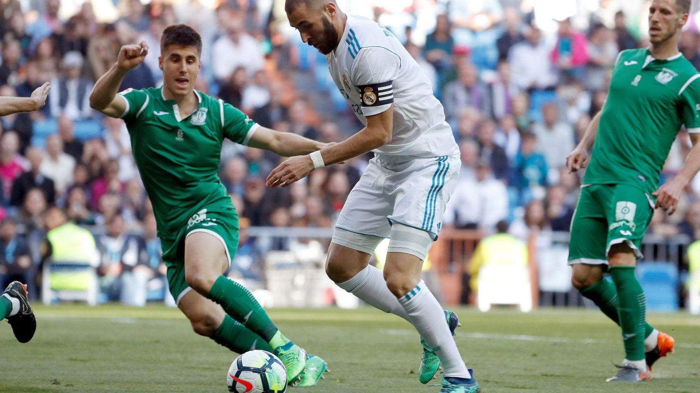 Benzema, capitán ante el Leganés, en una acción del partido en el Bernabéu. (EFE)