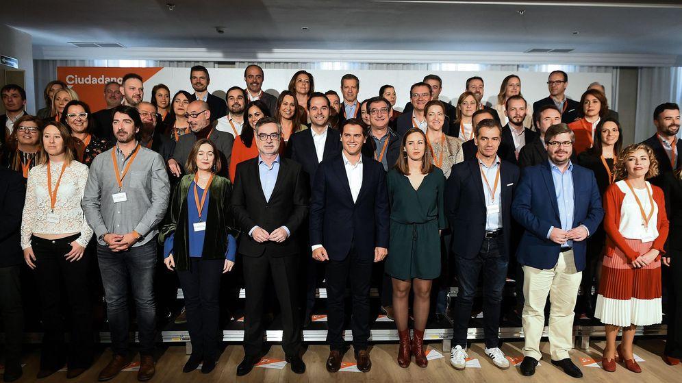 Foto: Foto de familia de Ciudadanos y los candidatos al Congreso. (EFE)