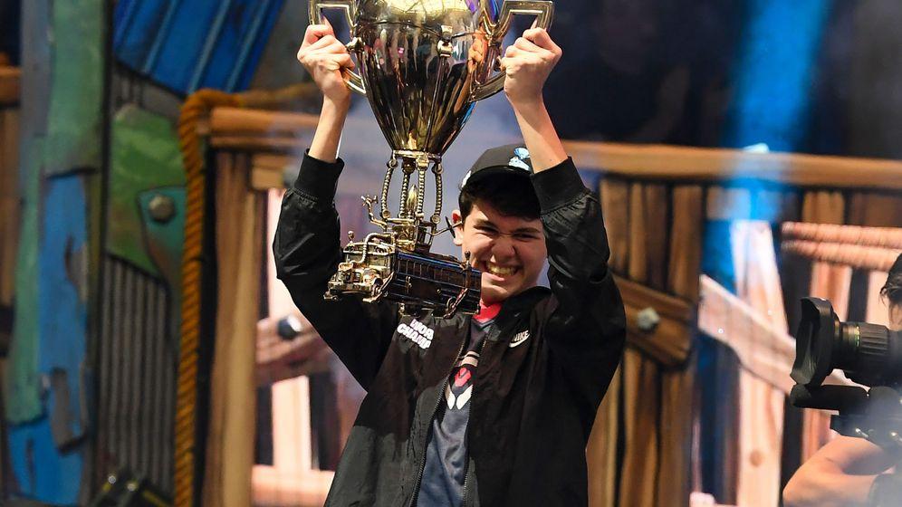 Foto: Kyle 'Bugha' Giersof muestra su trofeo. (Reuters)