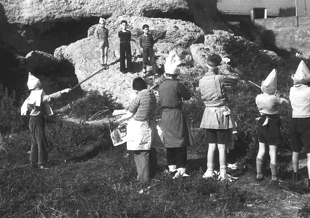 Foto: Niños jugando a fusilar a otros, en 1936. De Agustí Centelles. (Archivo de MECD)