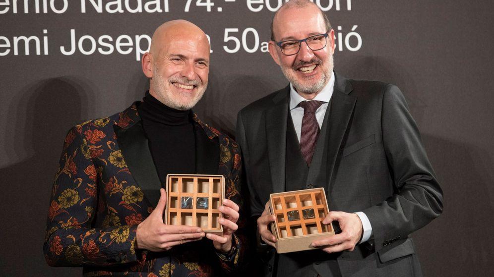 Foto: El escritor barcelonés Alejandro Palomas y el periodista Antoni Bassas posan con sus premios. (EFE)