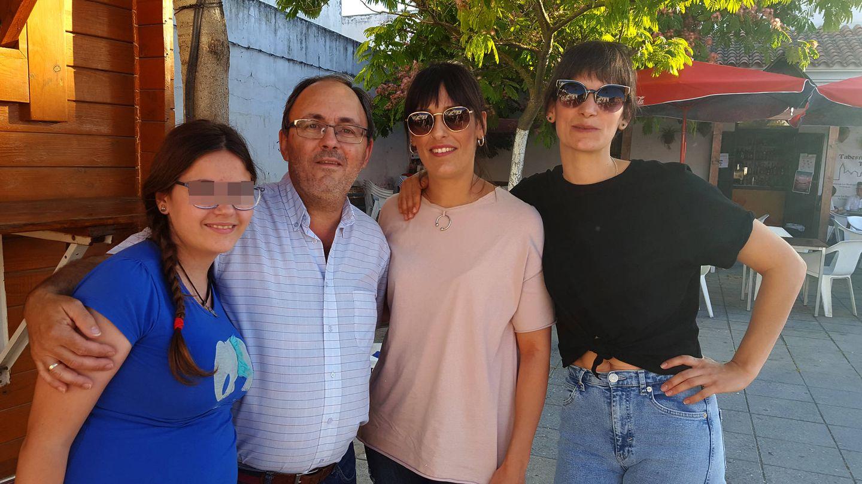 Agustín, junto a su hija, Luisa y Lola (A.P.)
