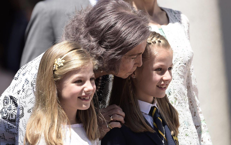 Foto: La Reina Sofía besa a Leonor en el día de su comunión (Gtres)