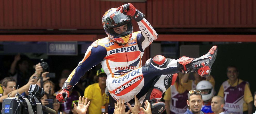 Foto: Márquez, manteado tras ganar la séptima carrera (Efe).