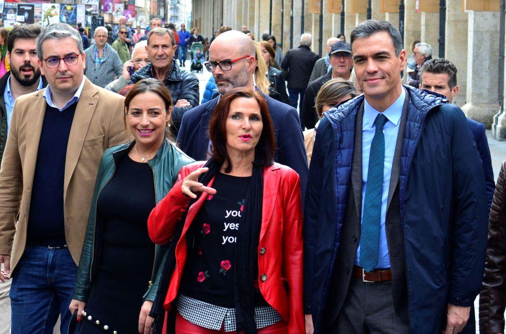 Foto: Pedro Sánchez, con la diputada Luz Martínez Seijo (c) y la secretaria provincial de Palencia, Miriam Andrés, este 29 de octubre en la ciudad castellanoleonesa. (EFE)