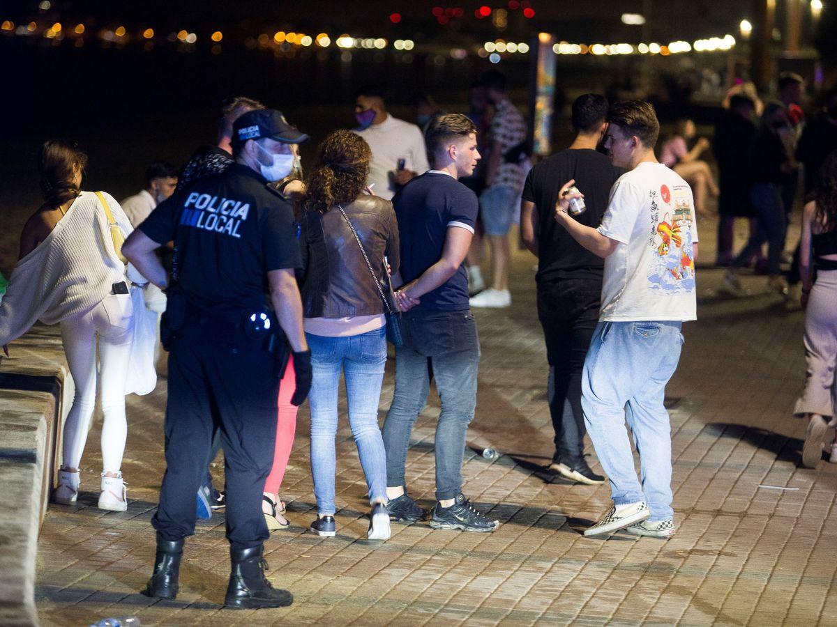 Foto: La Policía disuelve una aglomeración en Baleares a principios de junio. (Reuters)