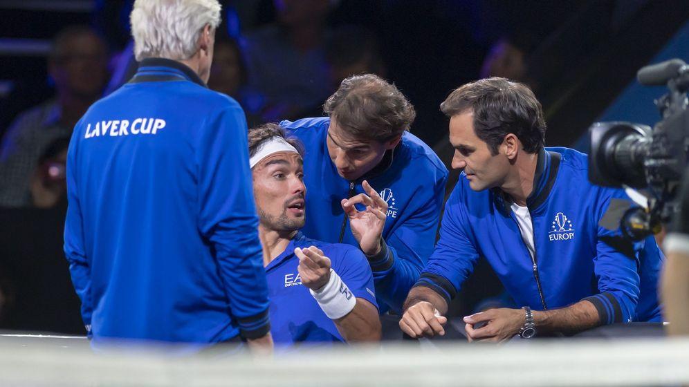 Foto: Rafa Nadal y Roger Federer aconsejan a Fabio Fognini ante la presencia de Björn Borg. (EFE)