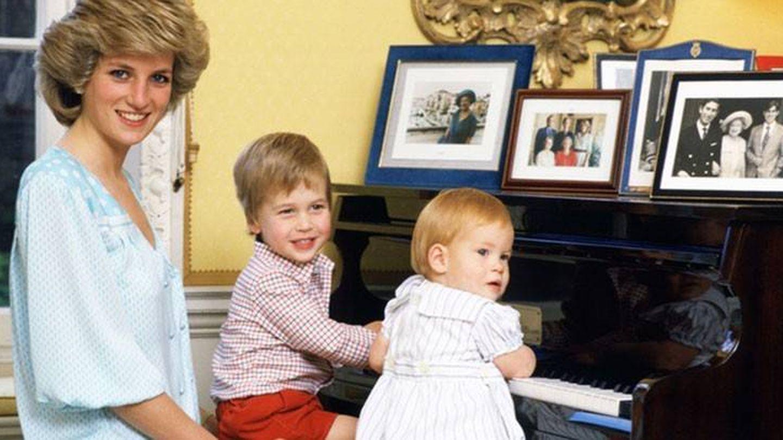 La princesa Diana de Gales junto a sus hijos en una imagen de archivo. (Reuters)