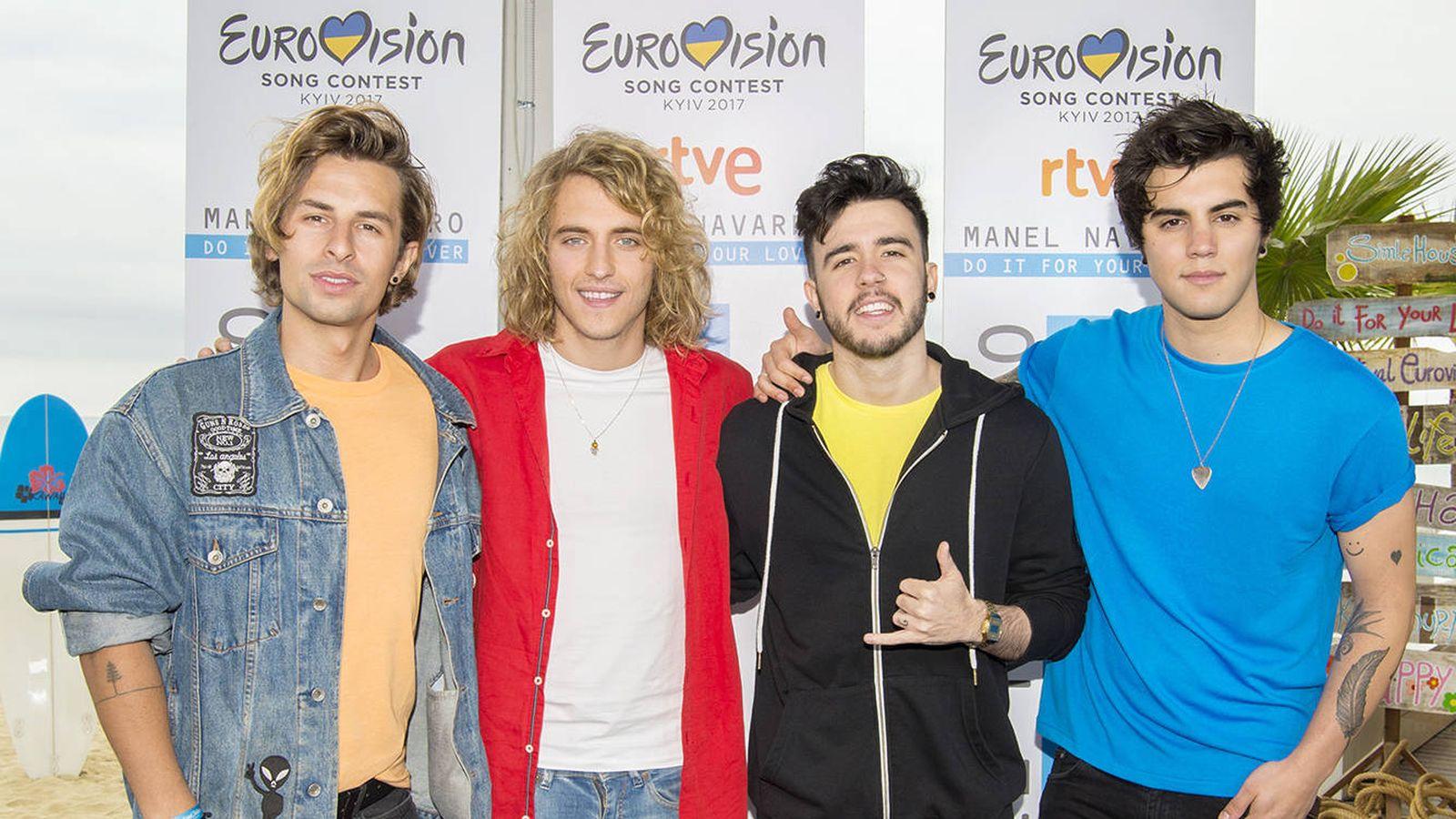Foto: Manel Navarro y la banda con la que actuará en Eurovisión 2017. (RTVE)