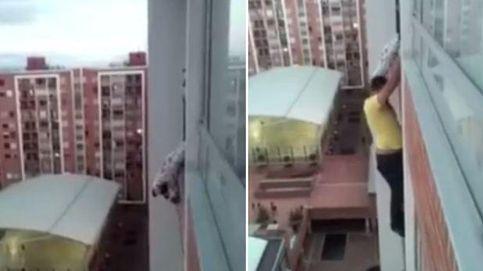 Se juega la vida trepando por un edificio para salvar a un perro atrapado en una terraza