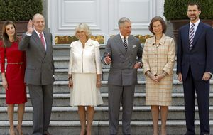 Los Reyes reciben por fin a Carlos y Camilla un día después de su llegada a España