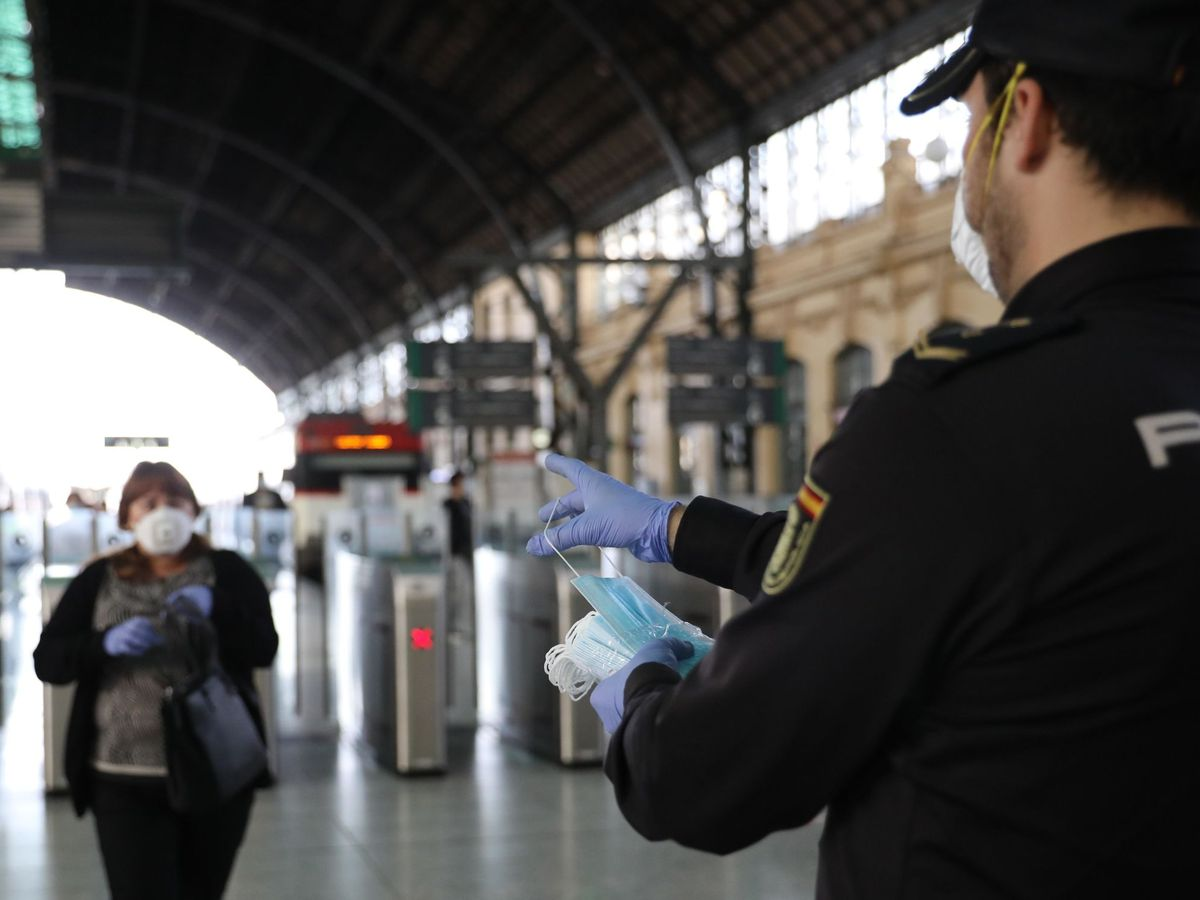 Foto: Policía con mascarillas. (EFE)
