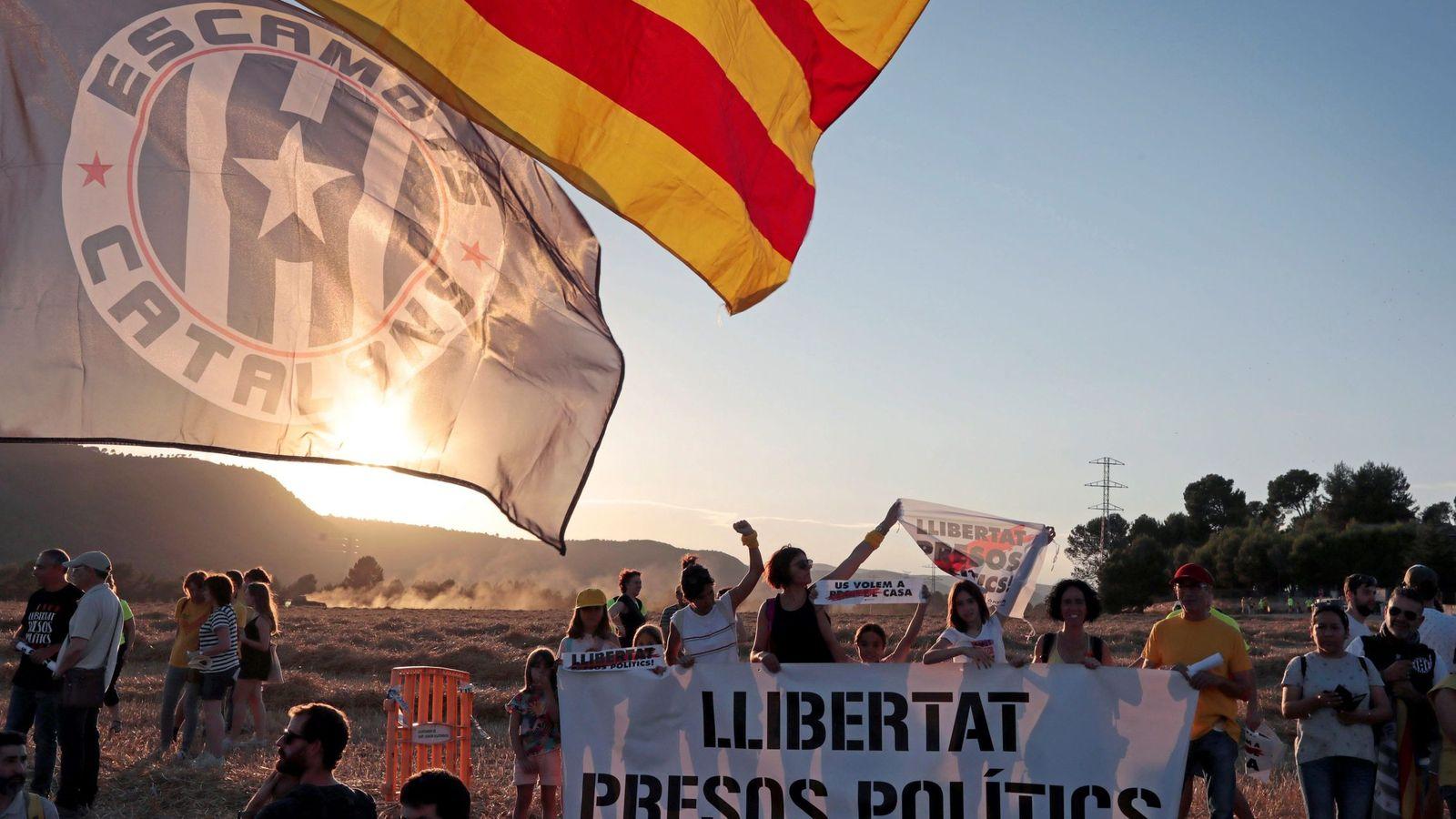 Foto: Manifestación en los accesos al centro penitenciario 'Els Lledoners'. (EFE)