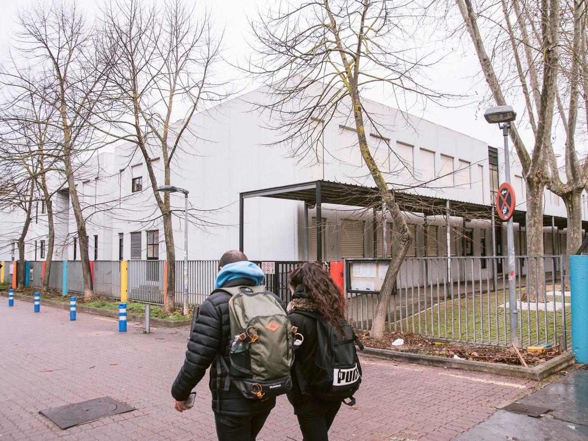 Foto: Una pareja pasa por delante de un colegio de Vitoria cerrado. (EFE)