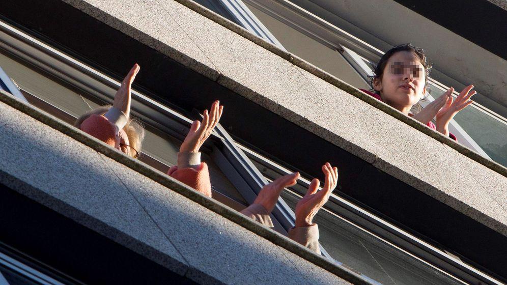Foto: Los vecinos de la Policlínica Povisa aplauden desde sus balcones. (EFE)