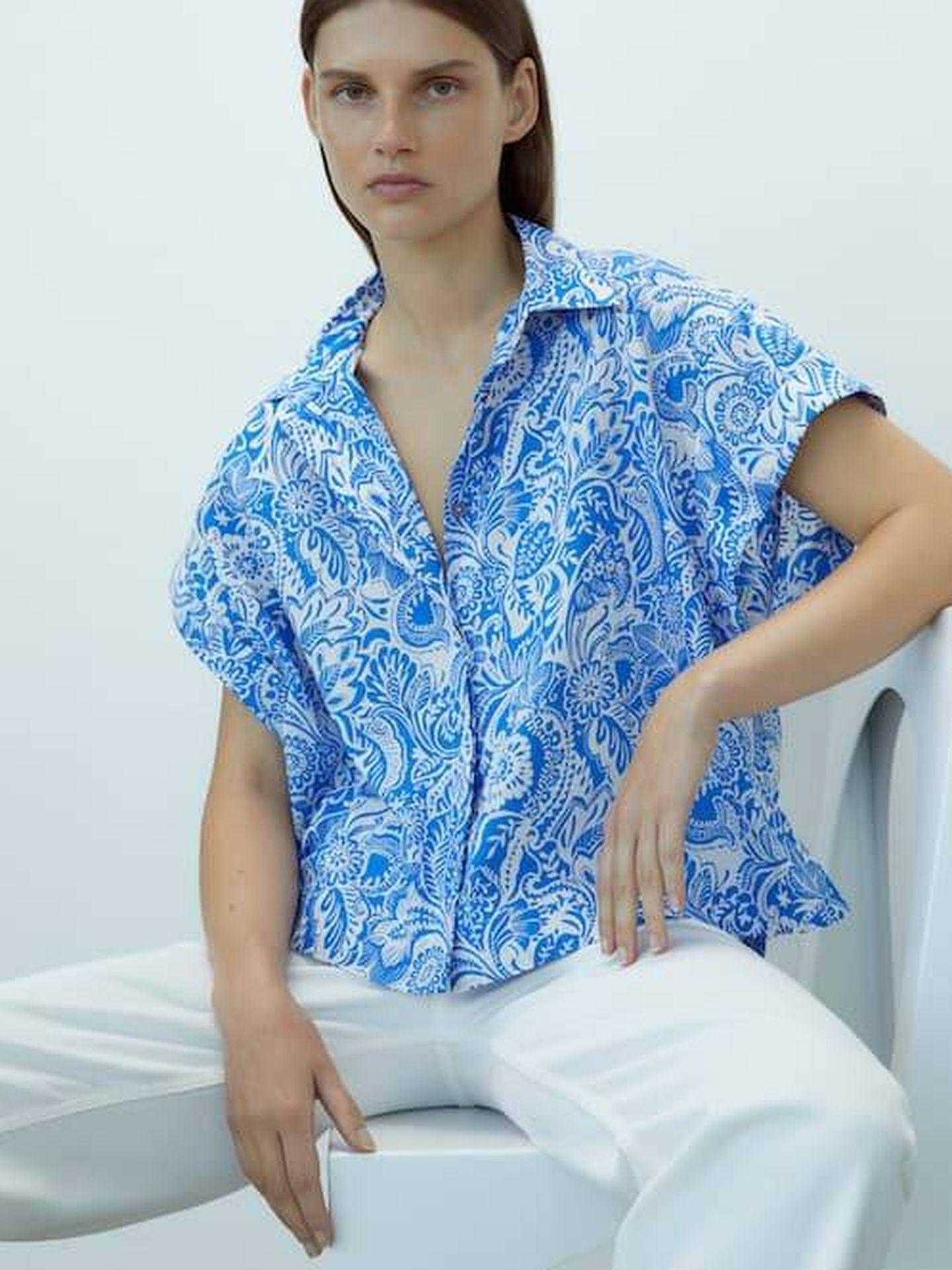 Camisa de flores de Massimo Dutti. (Cortesía)