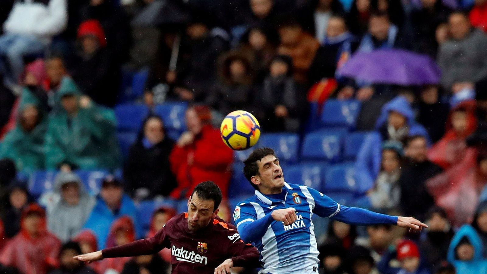 Foto: Gerard Moreno, uno de los máximos cabeceadores de La Liga, compite con Sergio Busquets por un balón (EFE)