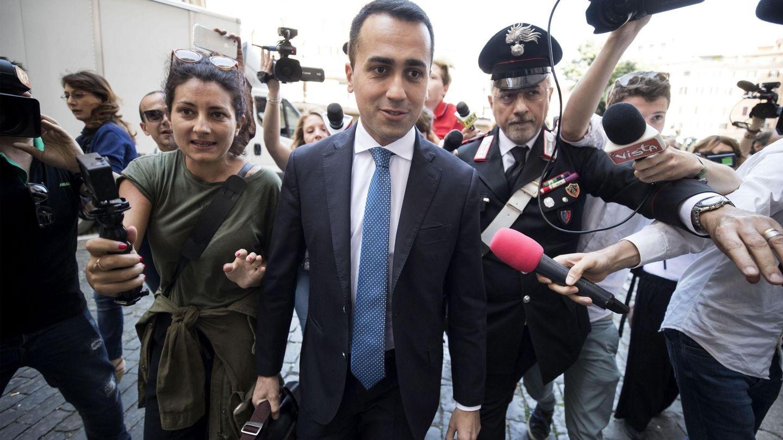 El líder del Movimiento 5 Estrellas, Luigi Di Maio (c), llega a la Cámara Baja en Roma. (EFE)