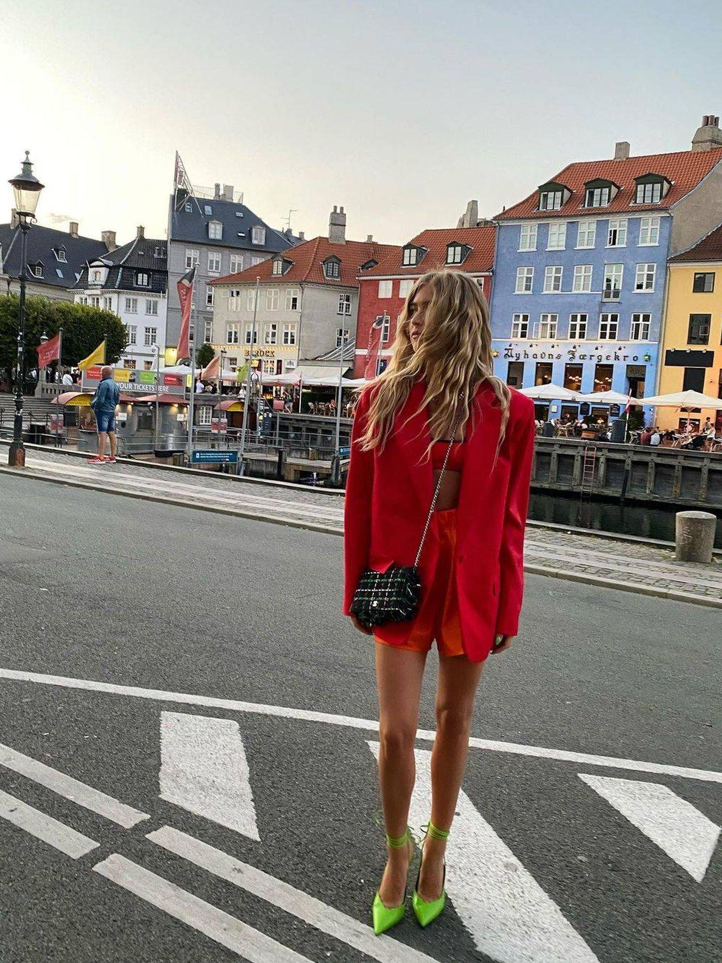 Emili Sindlev, con un traje rojo. (Instagram @emilisindlev)