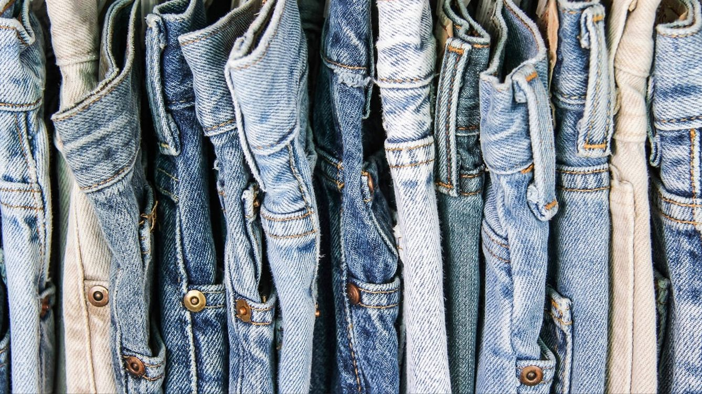 Foto: Diversos estudios señalan que el tejido vaquero surgió en Europa durante la Edad Media. En la imagen, diferentes tipos de pantalones.