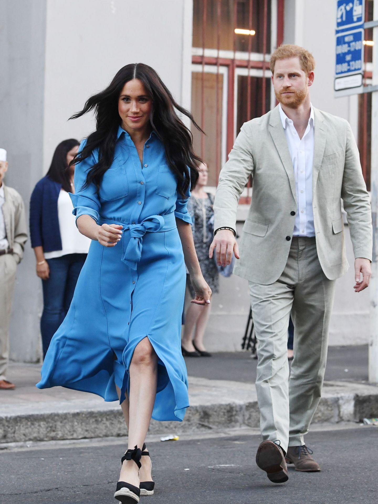 Meghan Markle y el príncipe Harry en Sudáfrica, en una imagen que para muchos es la definición perfecta de su relación. (EFE)