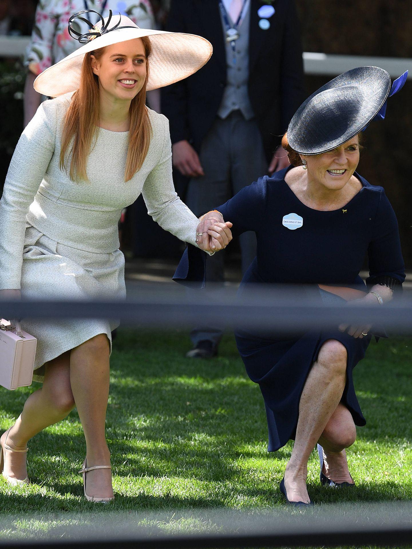 Sarah y su hija, Beatriz de York, haciendo una reverencia. (Gtres)