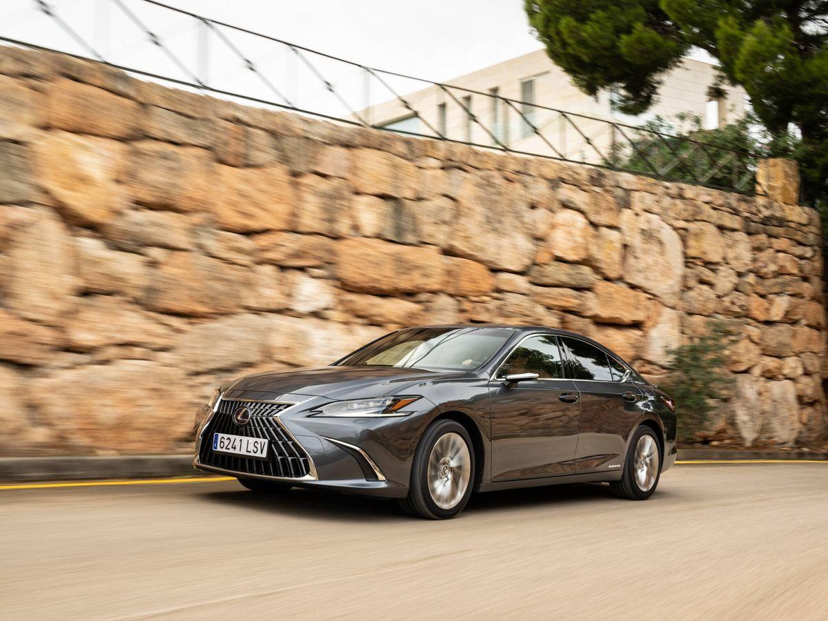 Foto: El Lexus ES 300h recibe cambios en parrilla frontal y faros, estrena llantas y ofrece nuevos colores de carrocería.