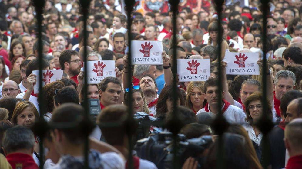Foto: Numerosas personas protestan en Pamplona por una agresión sexual en las fiestas de San Fermín. (EFE)