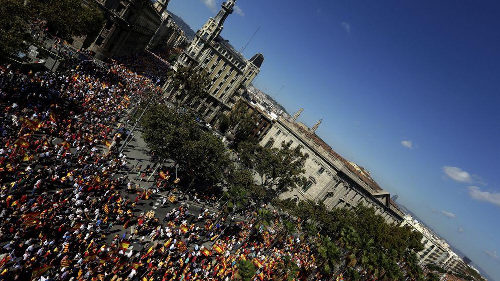 Foto: Vista general de la manifestación convocada por Societat Civil Catalana en Barcelona. (EFE)