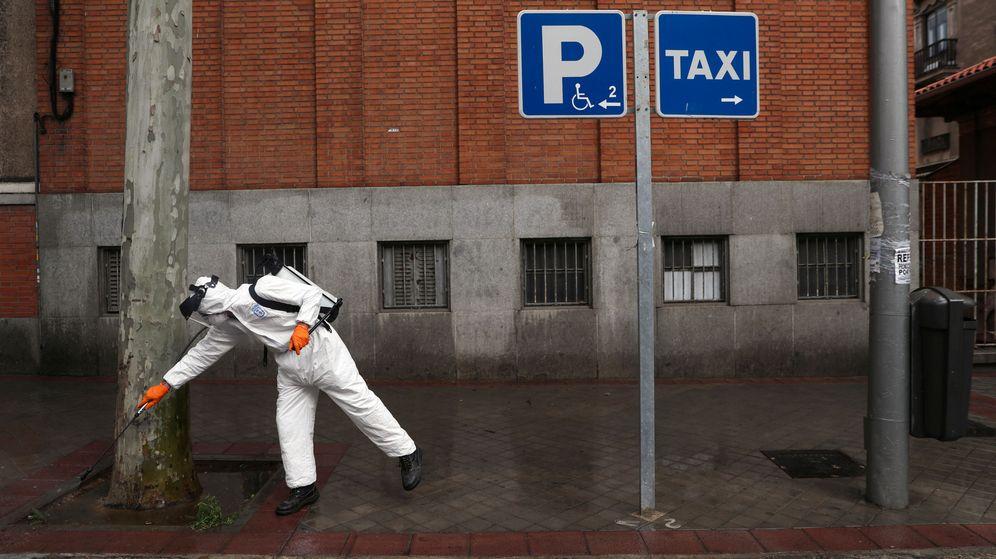Foto: Un trabajador municipal desinfecta las calles en Madrid. (Reuters)