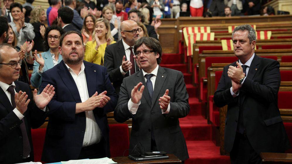 Foto: El presidente de la Generalitat, Carles Puigdemont, aplaude la aprobación de la ley del referéndum. (EFE)