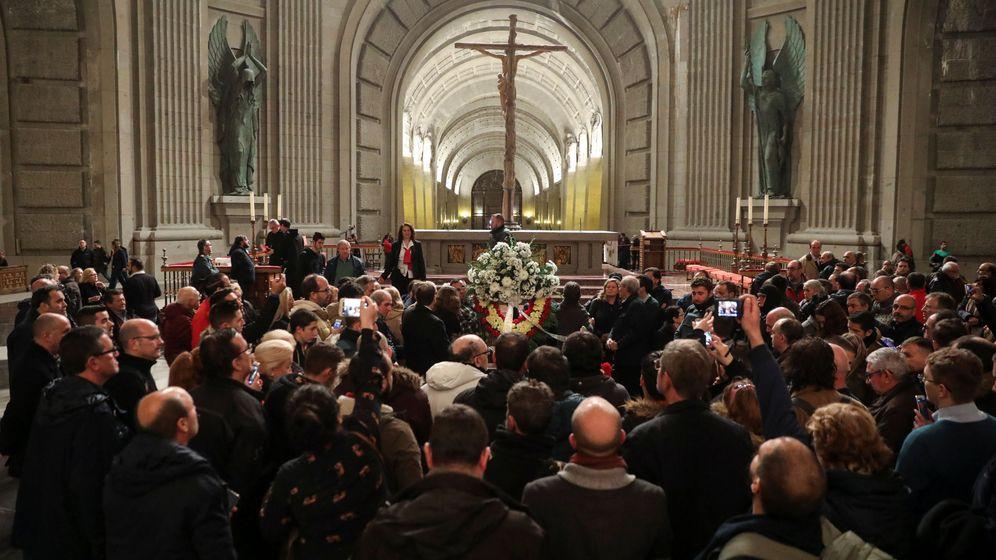 Foto: Decenas de personas, junto a la tumba de Franco, este 20-N. (Reuters)