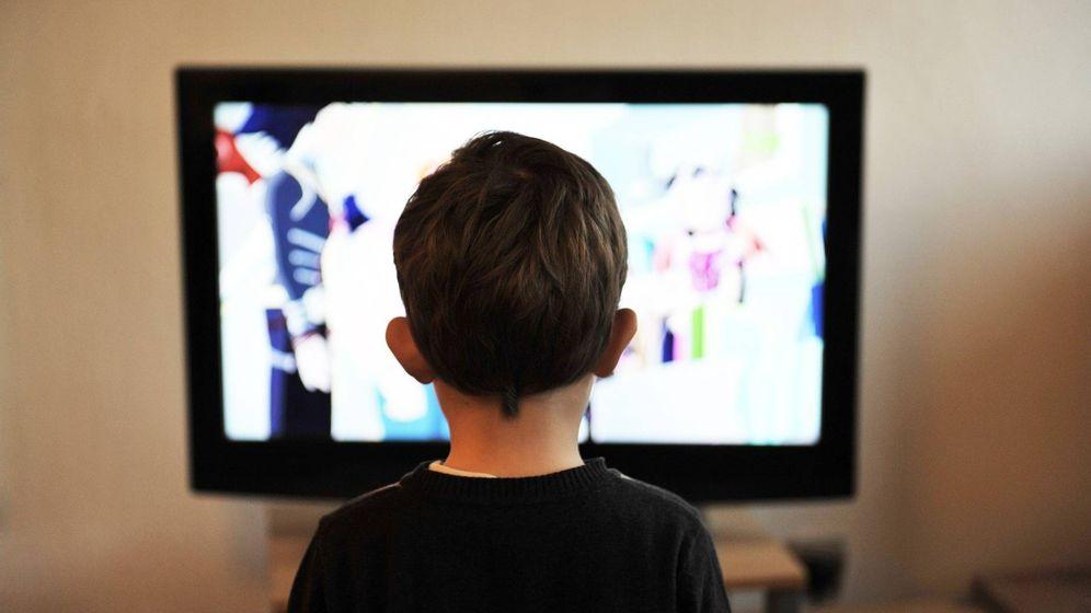 Foto: Un niño mira la televisión. (Pixabay)