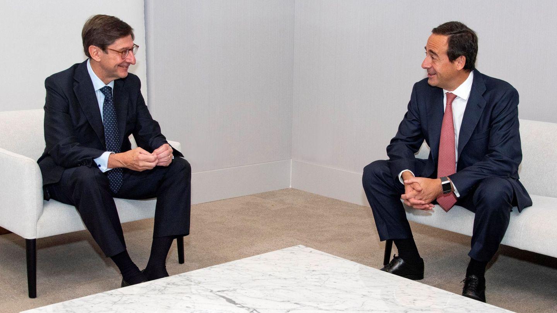 El presidente de Bankia, José Ignacio Goirigolzarri (i), y el CEO de CaixaBank, Gonzalo Gortázar (d). (EFE)