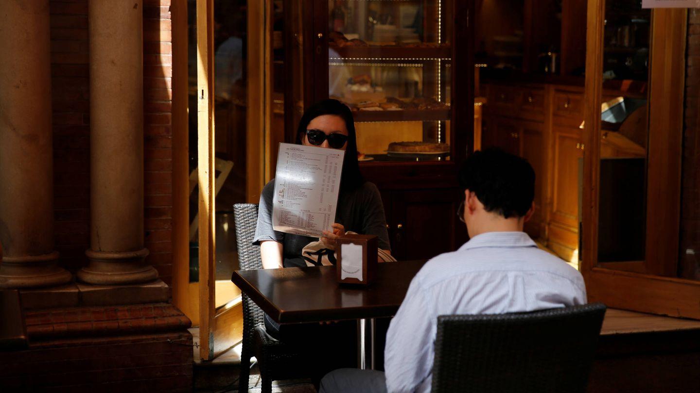 Un turista analiza cuidadosamente un menú del día sevillano. (Reuters)