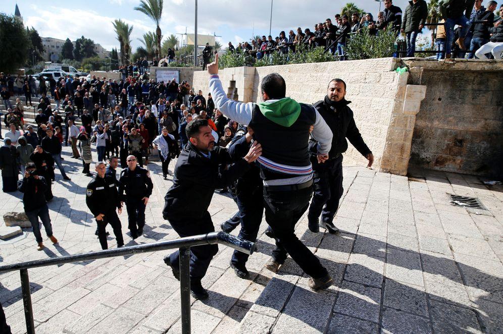 Foto: Policías israelíes detienen a un palestino que protesta contra la decisión de Trump, cerca de la puerta de Damasco, en Jerusalén. (Reuters)
