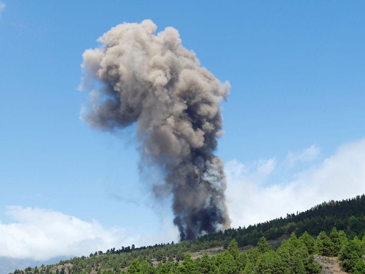 Foto: Erupción y liberación de gases y cenizas en Cumbre Vieja. (Reuters)