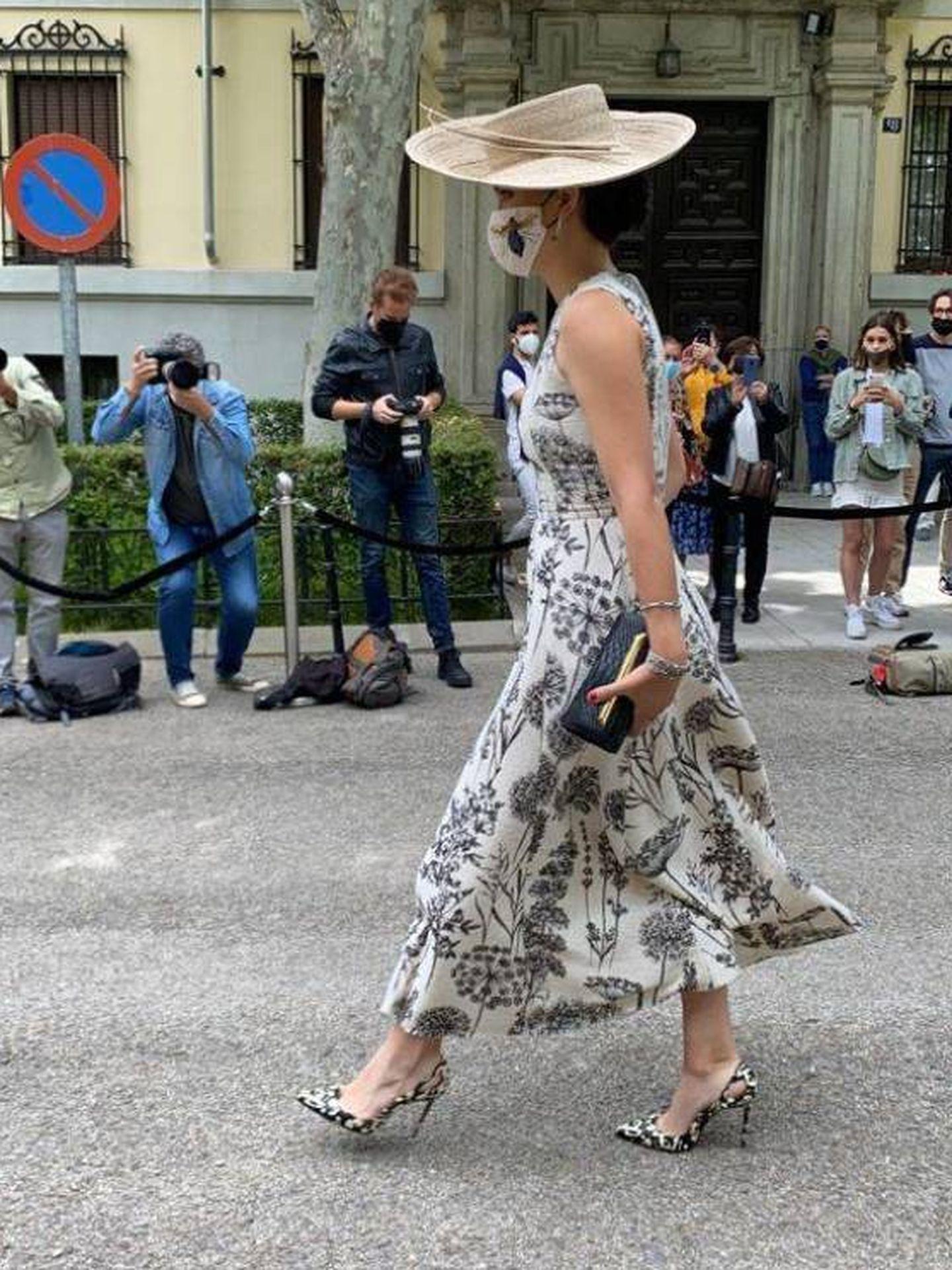 Bárbara Mirjan, llegando al palacio de Liria con su look de boda. (Vanitatis)