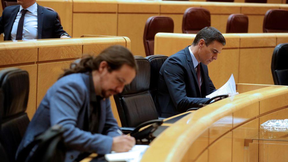 Foto: El presidente del Gobierno, Pedro Sánchez (d), y el vicepresidente segundo, Pablo Iglesias (i), durante una sesión de control en el Senado. (EFE)