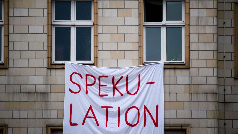 Pancarta en el Karl Marx Allee. (EFE)