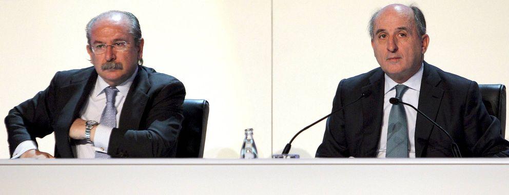 Fotografía de archivo de Brufau (d) y el expresidente de Sacyr, Luis del Rivero. (EFE)